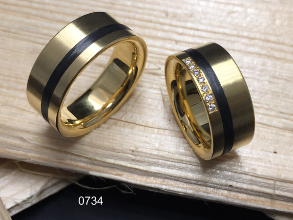 Partnerring in 0750 Gelbgold mit Carbon und Brillanten, handgefertigt in der Manufaktur Wipf.